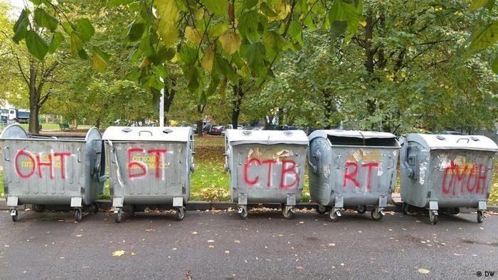 Написи із назвами ЗМІ та написом ОМОН на сміттєвих баках у Мінську