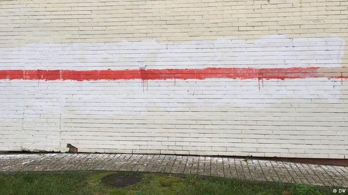 Зображення біло-червоно-білого прапора на стіні в Мінську