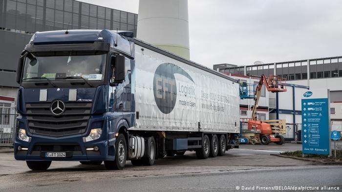 Вантажівка перед заводом Pfizer у Пуурсе в Бельгії