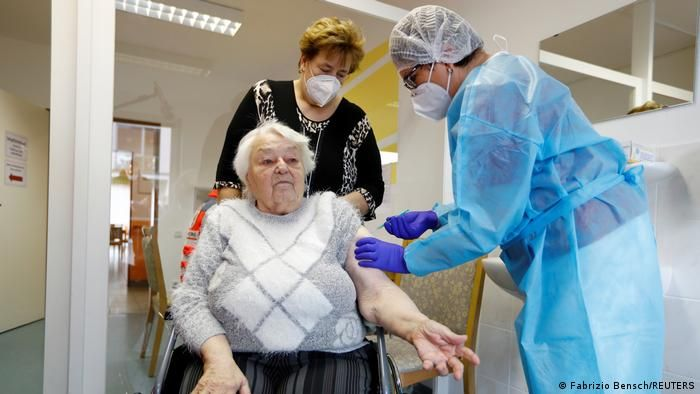 Літня жінка отримує щеплення вакциною BioNTech і Pfizer