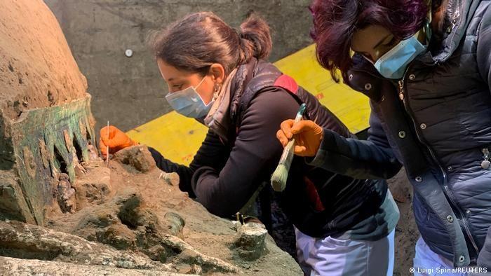Археологи під час розкопок в Помпеях