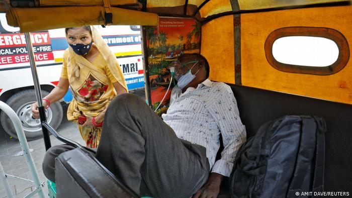 Хворий на COVID лежить у моторикші в Ахмадабаді