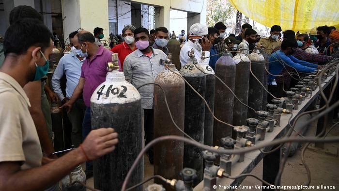 Родичі хворих товпляться з порожніми кисневими балонами на зарядній станції у Аллахабаді