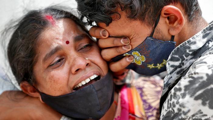 Вбиті горем родичі пацієнта, що помер від коронавірусної хвороби, біля однієї з лікарень в індійському Ахмадабаді