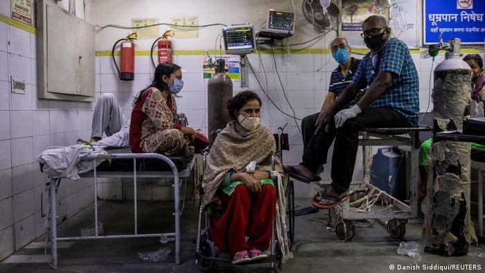 Хворі на COVID-19 чекають своєї черги у лікарні в Нью-Делі