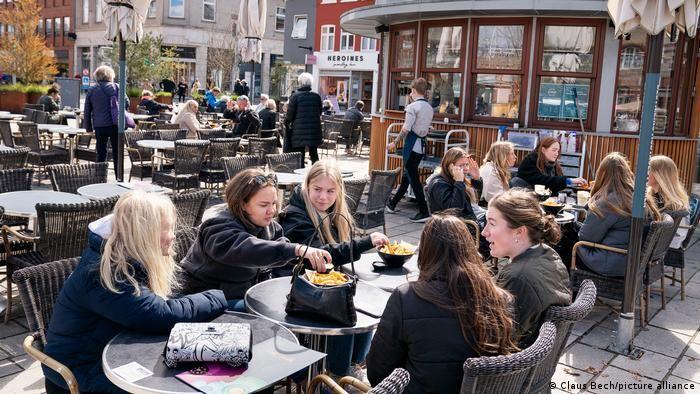 У Данії на зовнішніх терасах ресторанів ще прохолодно, проте там обслуговують і без коронаперепустки