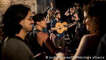 Гуляннями та піснями святкували і в Барселоні