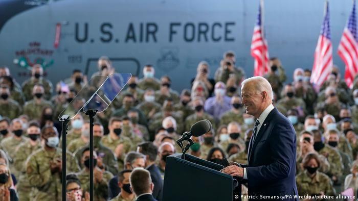 Джо Байден на тлі американських військовослужбовців у Великобританії