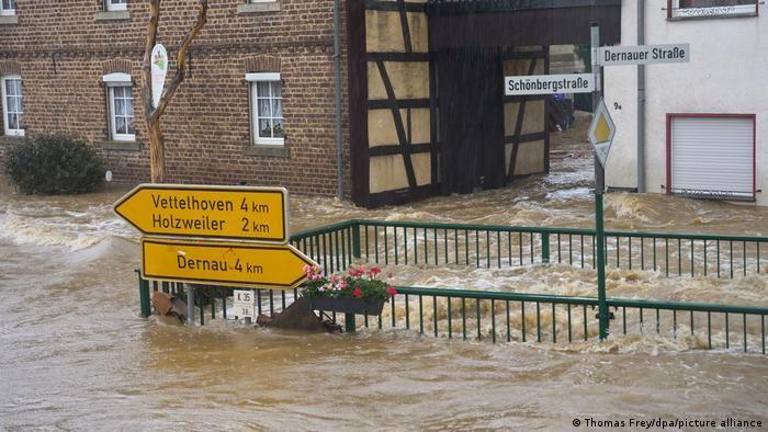 Затоплені дороги в окрузі Арвайлер у землі Рейнланд-Пфальц