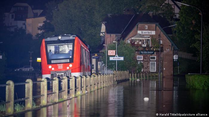 Поїзд на затопленій колії у німецькій землі Рейнланд-Пфальц