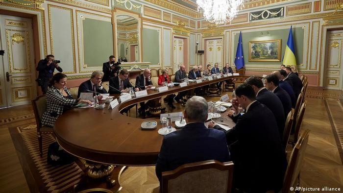 Переговори делегацій у широкому колі