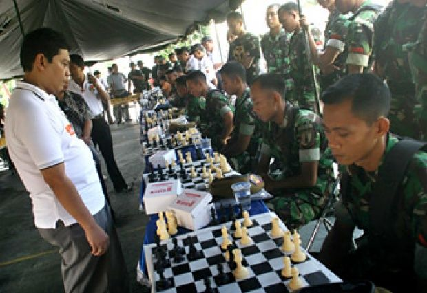Grand master chess Utut Adianto fought chess against 30 soldiers in Surabaya, (27/5). This simultaneous chess match to excite chess sports among the army is closely related to strategy setting. TEMPO / Fully Syafi