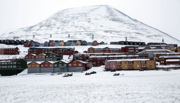 The home of Longyerbyean workers, Svalbard covered in snow on October 23, 2015. Norway is trying to promote new technology, tourism and scientific research after the shift from coal mining. REUTERS / Anna Filipova
