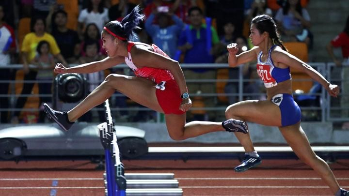 Action runner Emilia Nova (left) when competing in the 2019 SEA Games women's 100 meters hurdles at the Athletics Stadium, Clark, Philippines, Monday, December 9, 2019. Emilia Gold became the fifth Indonesian athletic collection. REUTERS / Athit Perawongmetha