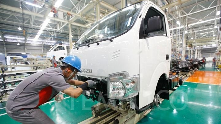 Workers complete the manufacturing process of Isuzu Traga at the Izuzu Factory, Karawang, West Java, Thursday 12 December 2019. This car is manufactured in Karawang, West Java, exported with configurations according to the request of the destination country. TEMPO / Subekti.