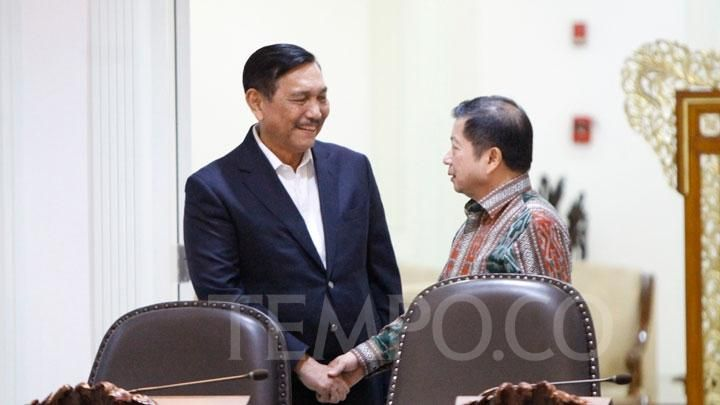 Minister of PPN / Coconut Bappenas Suharso Monoarfa chats with the Coordinating Minister for Maritime Affairs and Investment Luhut Binsar Pandjaitan before attending a closed meeting at the Presidential Office, Jakarta, Tuesday, February 25, 2020. Ministers are seen chatting casually while waiting for the meeting chaired by President Jokowi to begin. TEMPO / Subekti