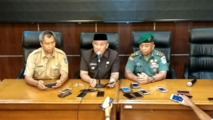 Depok Major Mohammad Idris (center) during a press conference on Depok residents who test positive for COVID-19 at the Depok City Hall, Monday, March 2, 2020. TEMPO / Ade Ridwan