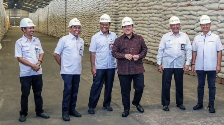 BUMN Minister Erick Thohir, inspecting rice stocks at the BULOG Kelapa Gading Warehouse Complex, North Jakarta. Accompanied by the Managing Director of Perum BULOG Budi Waseso, Wednesday (04/02).