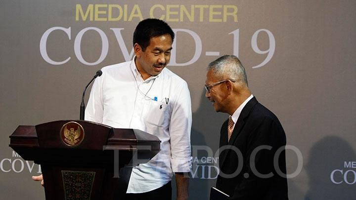 PT Angkasa Pura II President Director Muhammad Awaluddin (left) with COVID-19 outbreak information spokesman dr. Achmad Yurianto when giving a press statement in the Reporter Room of the Presidential Office, Presidential Palace Complex, Jakarta, Monday, March 9, 2020. TEMPO / Subekti.