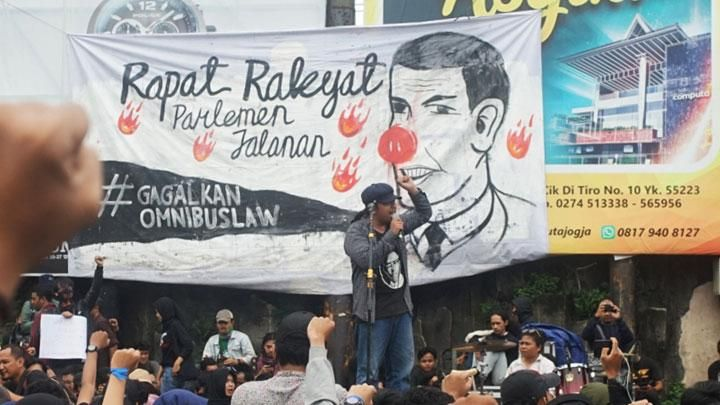 Activists who are members of the United People's Alliance (ARB) are holding a peaceful action #Gejayan Calling to Reject the Omnibus Law in Gejayan, Sleman, DI Yogyakarta, Monday, March 9, 2020. In their action, they rejected the Draft Omnibus Law on Employment Copyright considered detrimental to the community. ANTARA / Andreas Fitri Atmoko