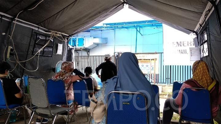 residents awaiting health checks related to corona virus at Pers Friendship Hospital, Pulo Gadung, East Jakarta, Tuesday, March 17, 2020. TEMPO / Lani Diana