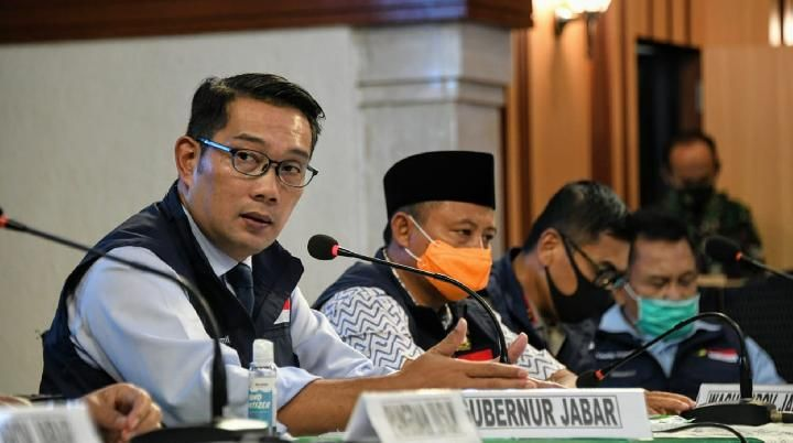 West Java Governor Ridwan Kamil and West Java Deputy Governor Uu Ruzhanul Ulum while attending the West Java COVID-19 Task Force Acceleration Task Force Meeting in Makodam III / Siliwangi, Bandung City on Monday, May 11, 2020.