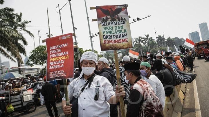 National Anti-Communist Alliance mass carrying posters during demonstrations rejecting the Pancasila Ideology Bill (HIP) in front of the DPR / MPR Building, Jakarta, Wednesday, June 24, 2020. The crowd appeared to be carrying a number of posters and banners whose contents were related to the rejection of the change in Pancasila and understand communism in Indonesia. TEMPO / M Taufan Rengganis