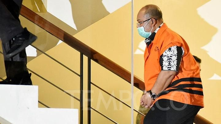 East Kutai Regent, Ismunandar, officially wears a detainee vest after the KPT OTT is netted to the media crew, at the KPK building, Jakarta, Friday, July 3, 2020. Investigators also detained the Head of Kutim Bapenda, Musyaffa, BPKAD Chief, Dedy Febriansara, Head of Public Works Office, Aswandini and two bribe suspects, Aditya Maharani and Deky Aryanto. TEMPO / Imam Sukamto