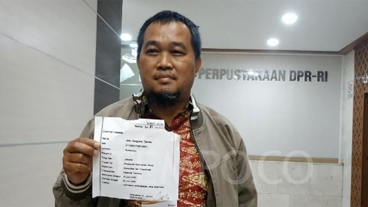 Coordinator of the Indonesian Anti-Corruption Society (MAKI) Boyamin Saiman (second from left) submitted a Joko Tjandra road letter allegedly issued by one of the law enforcement agencies to the Commission III of the House of Representatives, Tuesday, July 14, 2020. TEMPO / Budiarti Utami Putri.