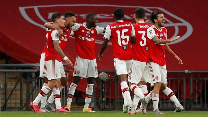 Arsenal players celebrate after beating Manchester City in the FA Cup semifinal at Wembley Stadium, England, 18 July 2020. Justin Tallis / Pool via REUTERS