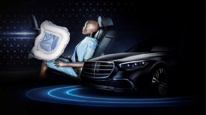 Airbags in the rear passenger seat of the Mercedes-Benz S-Class 2021. (Daimler)