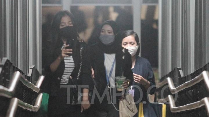 Residents appear to be wearing masks when crossing the pedestrian crossing bridge (JPO), in the midst of a pandemic in the SCBD office area in Jakarta, Monday, July 27, 2020. Spokesperson for Task Force (Task Force) Covid-19 Handling Wiku Adisasmito said the office is now one of the offices of Covid-19 cluster of contributors to the Covid-19 case in Indonesia. TEMPO / Hilman Fathurrahman w