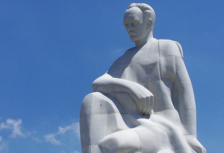 Statue von José Martí auf der Plaza de la Revolución in Havanna. | Bildquelle: https://commons.wikimedia.org/wiki/File:Memorial_Jos%C3%A9_Mart%C3%AD,_Cuba.jpg © Jorge G. Treche / Public domain | Bilder sind in der Regel urheberrechtlich geschützt