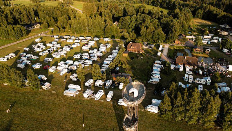 Karavanide sünnipäevalaager Tindiorus võttis enda alla mitu hektarit