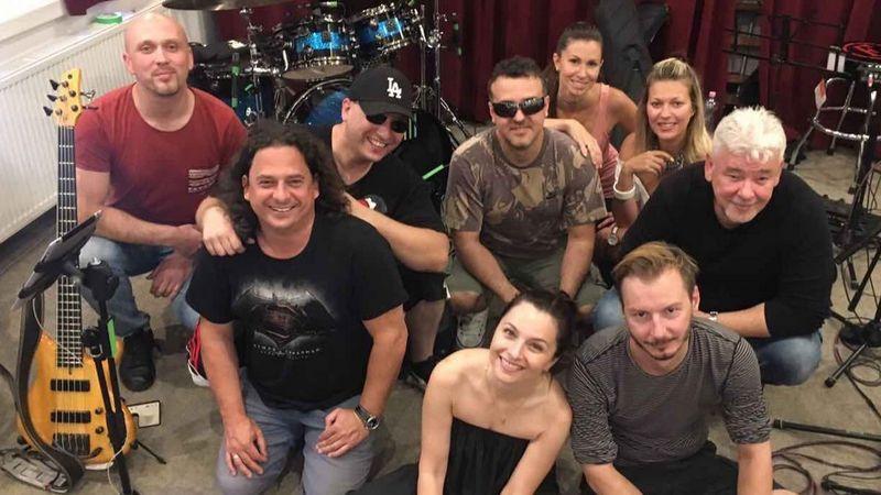 A világhírű magyar dobos beugrik Zséda koncertjére