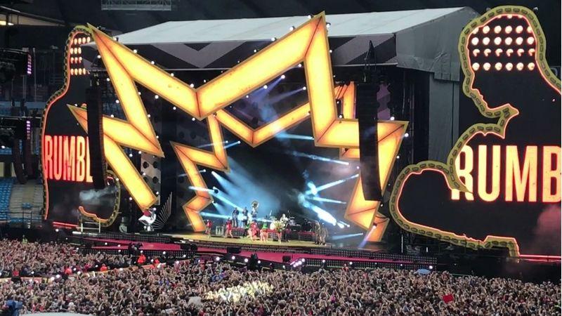 Gigantikus méretű díszletek, óriási tűzijáték, 160 db asztal, 5 mosógép – Robbie Williams nem aprózza el