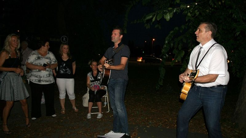 Hartmann László (Szivar) és Andorai Péter énekes, a Hungarian Elvis Tribute Band tagjai zenélnek az Elvis parkban (MTI fotó)