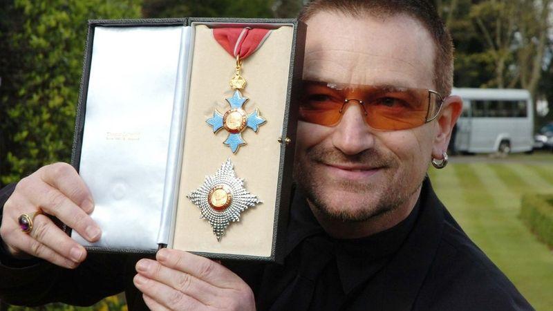 Bono és a lovagkereszt