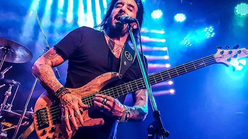 Viva La Rock! Az örökmozgó basszeros Budapestre érkezik vasárnap