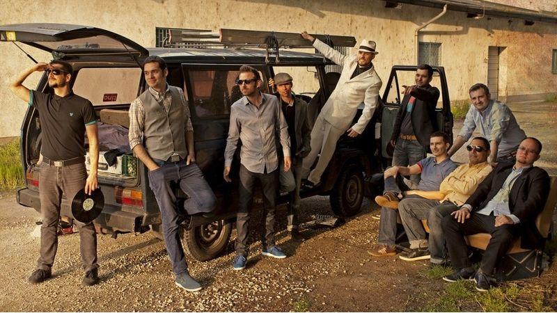 Elhagyja az országot és a zenekart a PASO egyik alapítótagja