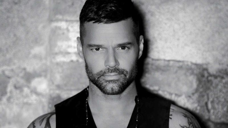 Ricky Martin üzent nektek!