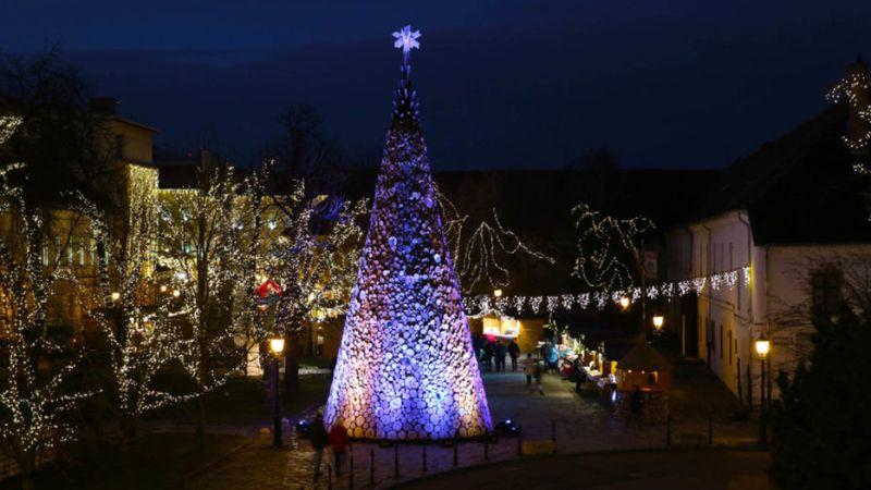 A Hello Wood építészekből álló alkotói csapata idén is felállítja az akácfarönkökből készült, 16 méteres, 40 tonnás, hangulatos fényjátékkal megvilágított Adományfát.