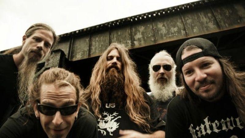 A tettes megvan, a Lamb of God gitárja még mindig sehol...