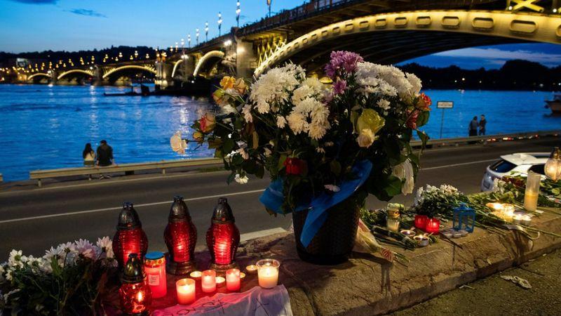 Virágok és mécsesek a hajóbalesetben elsüllyedt Hableány turistahajó közelében a Margit hídnál 2019. június 1-jén. MTI/Mohai Balázs