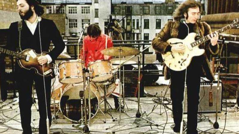 A The Bits lenyomja a Beatles legendás tetőkoncertjét Siófokon – a művház tetején!