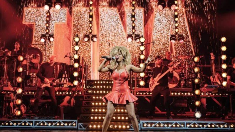 Bemutatták a Tina Turnerről készült musicalt – a címadó legenda is megjelent a premieren