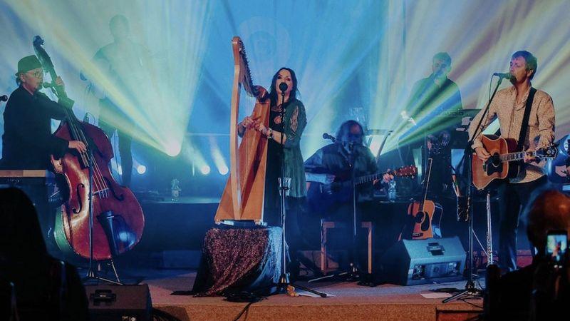 Enya egykori családi zenekara Budapesttől is elbúcsúzik