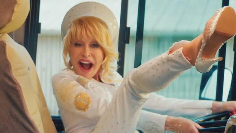 Mennyire jó fej már a 73 éves Dolly Parton!