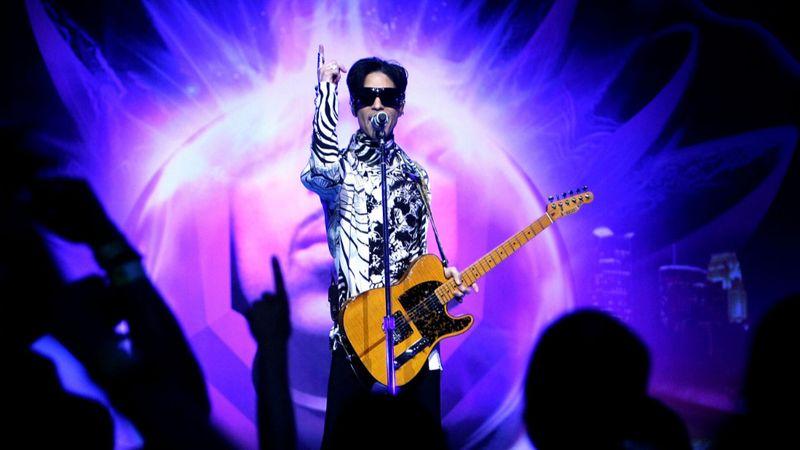 Foo Fighters, Chris Martin, Juanes: a Grammy gigakoncerttel tiszteleg Prince emléke előtt