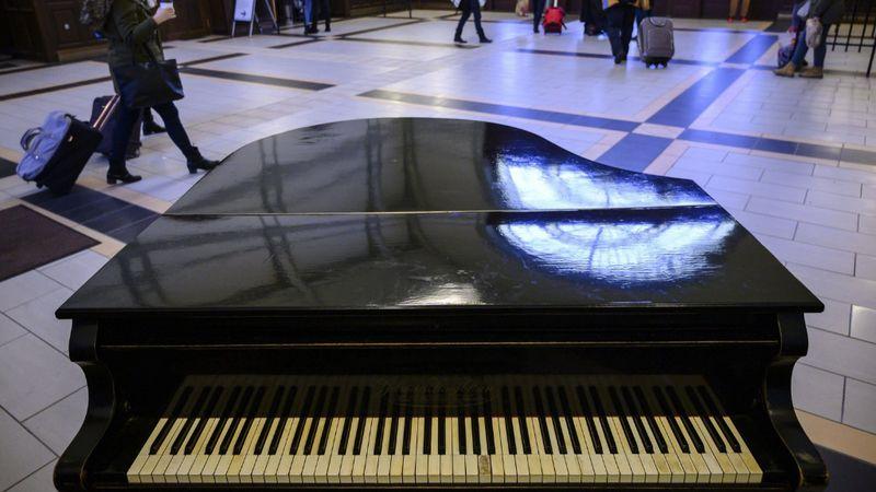 Valaki egy gyönyörű zongorát adományozott a pécsi vasútállomásnak